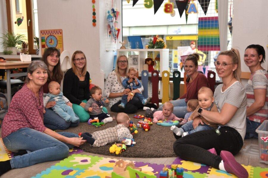 Mütter mit Babys aus Markneukirchen und Umgebung besuchen die von Kathrin Schmutzler (links) organisierte Krabbelgruppe im Familienzentrum Markneukirchen.
