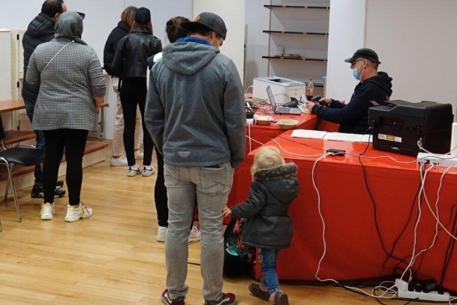 Bei den mobilen Impfteams lassen sich auch in Zwickau - wie hier am Samstag in den Arcaden - wieder mehr Menschen eine Coronaschutzimpfung geben.