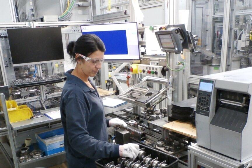 Maria Bonitz ist seit August 2005 in dem Werk am Pulvermühlenweg tätig. Hier werden pyrotechnische Generatoren für Fahrer-, Knie- und Seitenairbags in Kraftfahrzeugen hergestellt.