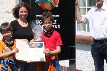 """Andrea Senze - hier mit ihren zwei Söhnen - ist die 1000. Besucherin der Ausstellung """"Salz des Lebens"""". Professor Carsten Drebenstedt (rechts) gratulierte der Jenaerin."""