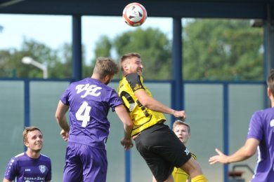 Zweikämpfe in der Luft waren zwischen dem BSC Freiberg und dem VfL Pirna-Copitz II an der Tagesordnung. Seine beiden Treffer erzielte Tommy Gommlich (in Gelb, v.) aber per Fuß.