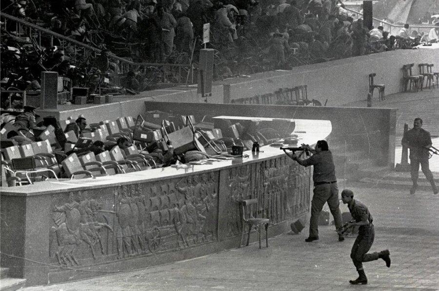 6. Oktober 1981, Sekunden nach dem Mordanschlag auf Ägyptens Staatspräsident Anwar el-Sadat: Die Gäste auf der Ehrentribüne für die Militärparade zum ägyptischen Nationalfeiertag gehen vor den Schüssen der vier islamistischen Attentäter in Deckung. Sieben weitere Ehrengäste sterben. Die Todesschützen und der Drahtzieher des Anschlags, Leutnant Chalid al-Islambuli, werden ein halbes Jahr später zum Tod verurteilt und hingerichtet.