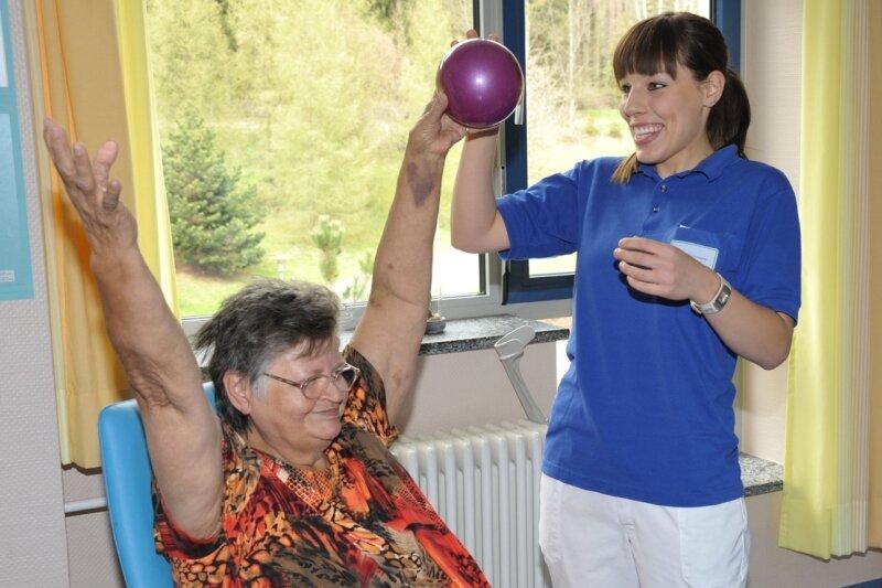 """<p class=""""artikelinhalt"""">Gisela Seifert aus Adorf wird in der neuen geriatrischen Tagesklinik am Adorfer Paracelsus-Krankenhaus von Physiotherapeutin Luise Fuhrmann betreut. Das medizinische Angebot gibt es erst seit wenigen Tagen.</p>"""