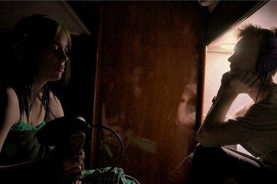 """Dunkle Genies: Billie Eilish und ihr Bruder Finneas O'Connell basteln im Tourbus am neuen James-Bond-Song """"No Time To Die""""."""