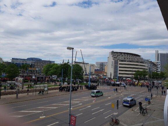 Der III. Weg (links im Bild) wird durch Polizeibeamte von der Gegendemonstration der DGB am Stefan-Heym-Platz (links im Bild) getrennt.