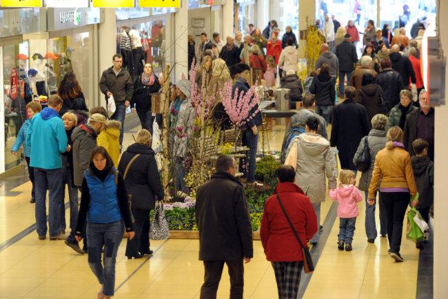 Während der Onlinehandel boomt, kämpfen Geschäfte in den Städten deutschlandweit mit Umsatzeinbußen. Vor diesem Hintergrund haben die Chemnitzer Stadträte die verkaufsoffenen Sonntage am 29. November und 13. Dezember auf große Einkaufszentren außerhalb der Innenstadt ausgeweitet.