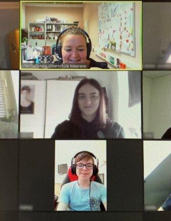 Lehrerin Stine Kazzer (oben Mitte) bereitet im Online-Unterricht die Mee-raner Zehntklässler auf die Prüfungen vor.