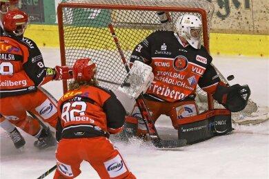 Eispiraten-Torhüter Michael Bitzer konnte auch in Freiburg mehrfach glänzend parieren.