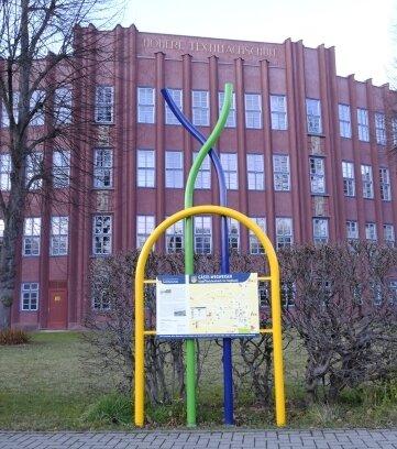 Die erneuerte Tafel vor der ehemaligen Höheren Textilfachschule ...