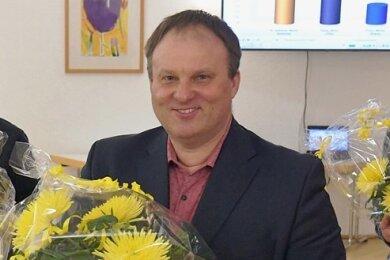 Blumen für den Gewinner: Martin Antonow ist alter und neuer parteiloser Oberbürgermeister von Brand-Erbisdorf. Er gewann die OB-Wahl am 28. Februar vor Mirko Espig (l.) und Michel Franz (r.).