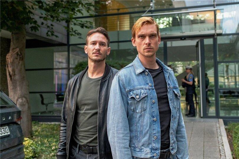 Hauptkommissare Leo Hölzer (Vladimir Burlakov) und Adam Schürk (Daniel Sträßer) vor dem Kommissariat in Saarbrücken.Foto: Manuela Meyer/SR