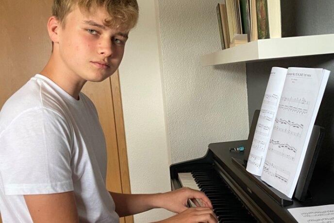 Steven Gläser aus Chemnitz hat das Klavierspielen für sich entdeckt. Allerdings hat er keinen Lehrer beziehungsweise bekommt Klavierunterricht, er bringt es sich selbst bei. Das sei im Moment sein liebster Zeitvertreib, sagt der 13-Jährige. Die kleinen Aufnahmen entstand kurz nach Beginn des 5. Schuljahres, sie wird die Beitragsreihe begleiten.