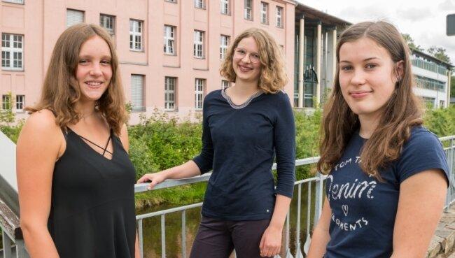 Lina Schneider, Merit Voit und Hannah Mühl (v. l.) haben ihr Abitur am Olbernhauer Gymnasium mit der Traumnote von 1,0 abgelegt.