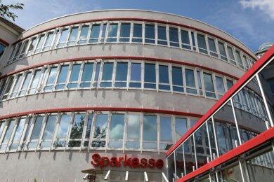 Wenn nun bald wieder Leben in die einst vom Finanzamt Zwickau genutzten Büroräume im SparkassenzentrumHohenstein-Ernstthal einzieht, dürften sich auch Gastronomen und Händler freuen.