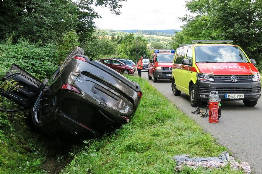 Auto überschlägt sich bei Schneeberg und landet auf Dach - Fahrer muss befreit werden