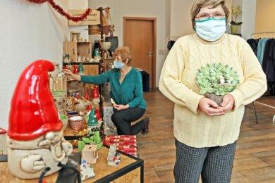 """Beate Meichsner (rechts) und Birgit Süß von der Lukaswerkstatt beim Einräumen der Produkte, die Menschen mit Handicap gefertigt haben. Diese gibt es zurzeit in der """"Box"""" an der Inneren Schneeberger Straße."""