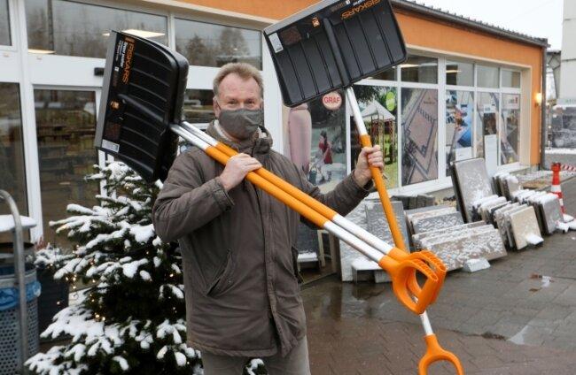 Die BHG hat jede Menge Schneeschieber auf Lager, doch im Moment darf der Baustoffhändler nur an Gewerbetreibende verkaufen.