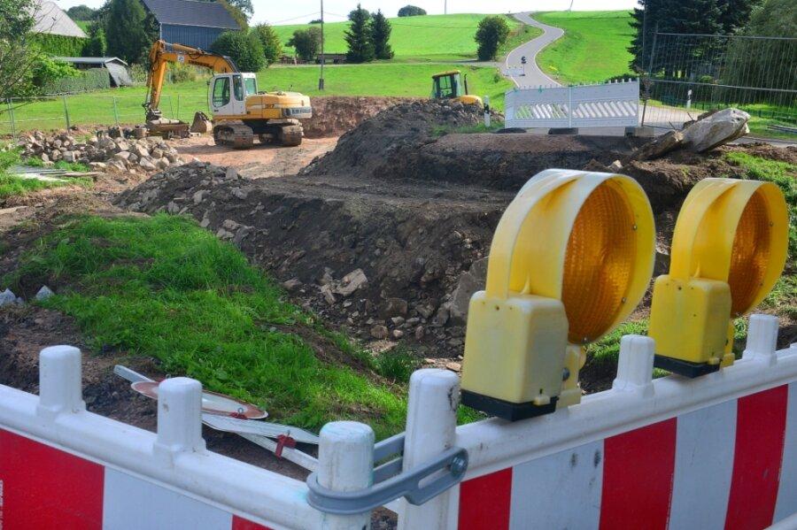 Die Straße zwischen Berthelsdorf bei Hainichen und Langenstriegis ist noch bis kommendes Frühjahr gesperrt. Denn am Ortsausgang von Berthelsdorf wird die Brücke neu gebaut.