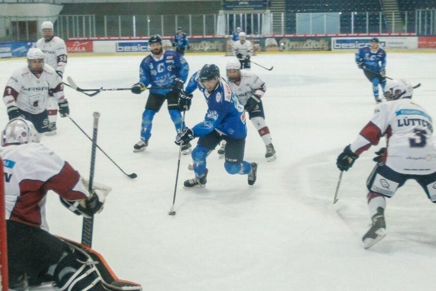 Karel Novotny mit dem Puck auf dem Weg zum Tor der Eisbären Juniors Berlin. Trotz aussichtsreicher Position gelang dem Chemnitzer kein Treffer, die Crashers verloren mit 5:6. Rund 500 Zuschauer sahen die erste Saisonpartie im Eisstadion im Küchwald.