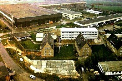Der Rationalisierungsmittelbau und Bergbauausrüstungen Zwickau: Hinter den früheren Wohnhäusern steht das neue Verwaltungsgebäude. Neben den Werkhallen befindet sich das 1989 für die Instandhaltung errichtete Gebäude.