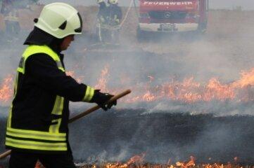 Auf dem Feld bei Conradsdorf haben Feuerwehrleute mehrerer Wehren am Sonnabend verschiedene Brandbekämpfungsszenarien durchgespielt.
