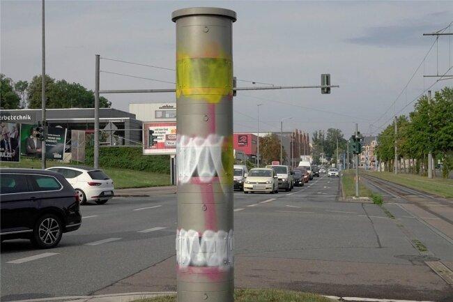 Der Blitzer an der Zwickauer Straße/Barbarossastraße war vergangenes Jahr immer wieder beschmiert worden. Demnächst muss sich eine 21-Jährige wegen derartiger Taten vor Gericht verantworten.