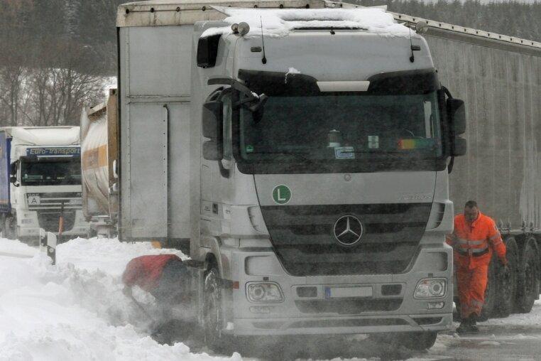 """<p class=""""artikelinhalt"""">Auf der Bundesstraße 174 bei Marienberg blieben am Mittwoch zahlreiche Lkw stecken. Nahe der Ausfahrt Pobershau musste die Straße gesperrt werden, weil dieser Lkw in den Schnee am Straßenrand gerutscht war.</p>"""