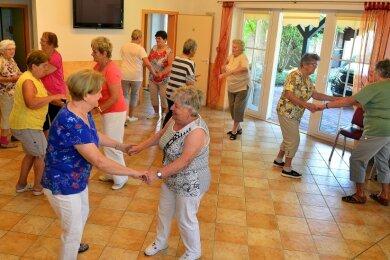 Die Seniorensportgruppe tanzt und trainiert jeden Dienstag ab 14 Uhr im Dorfgemeinschaftshaus in Riechberg.