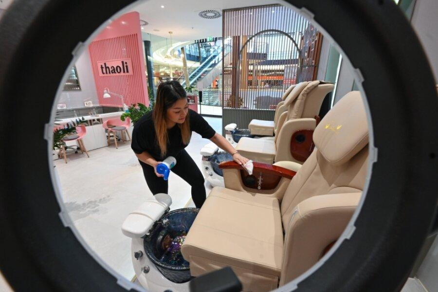 """Der nach dem Namen der Inhaberin Thai Thao Vuong genannte Beauty-Salon """"Thaoli"""" im Einkaufszentrum Roter Turm wurde in den Farben Rosa und Grau nach den Vorstellungen der Besitzerin eingerichtet. Thao wird aus dem Vietnamesischen mit """"die gerne gibt"""" oder """"die Großzügige"""" übersetzt."""