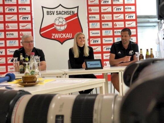 Handball-Zweitligist BSV Sachsen Zwickau hat sich kurzfristig mit Pia Adams (Mitte) verstärkt.