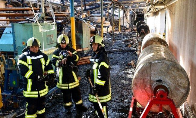 Frankenberger Feuerwehrleute suchten am Tag nach dem Feuer mit der Wärmebildkamera nach Glutnestern in den Werkhallen von Color Textil.