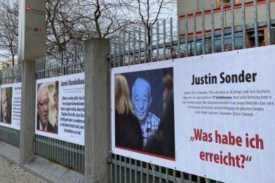 Ein Plakat mit Gedanken Justin Sonders am Zaun der Niedersächsischen Landesvertretung in Berlin. Links hinten das Holocaustmahnmal.