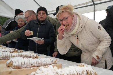Anja Vogel aus Zwönitz (vorn) hat auch in diesem Jahr den Stollen mit verkostet.