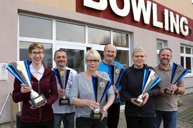 Die Sieger des Bowling-Neujahrsturniers: Bei den Damen setzte sich Jenny Schwarz (links) aus Schwarzenberg und Mike Weiß (2. v. l.) aus Bad Schlema.