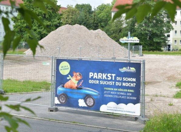 Ein Plakat weist am Franz-Kögler-Ring auf den Parkplatz hin, der an Stelle des Wohnblocks Nummer 81 bis 89 entstehen soll. Das 1966 errichtete Gebäude war abgerissen worden.