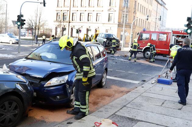 Kollision mit drei Autos - eine Person schwer verletzt