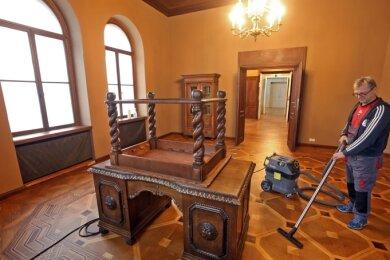 Staubsaugen im Akkord für Gästeführer Michael Hinke: Der Parkettboden im Arbeitszimmer des Fürsten wartet auf eine gründliche Reinigung.