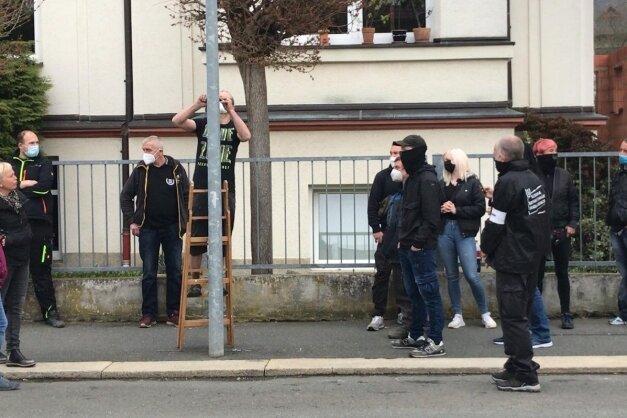 Felix Bellmann kratzte inmitten von Anhängern der rechtsextremistischen Partei Dritter Weg Naziaufkleber von einer Laterne.