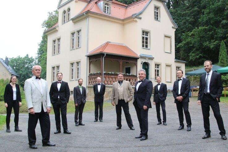 Das Ensemble Die Hohenfichtn, hier vor dem renovierten Pfarrhaus, hat in Hohenfichte seinen Ursprung - im Bild auch Ideengeber Thoralf Dietrich (2. v. l.) und Musikerin Wiebke Weißker.