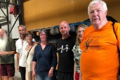 Friedmar Altwein, Antje Findeisen, Michael Müller, Kristina Albani, Carla und Gerd Köhler, Pfarrer Reinhard Enders aus Leipzig sowie Judith Köhler aus Frauenstein (von rechts) in der Glockengießerei.