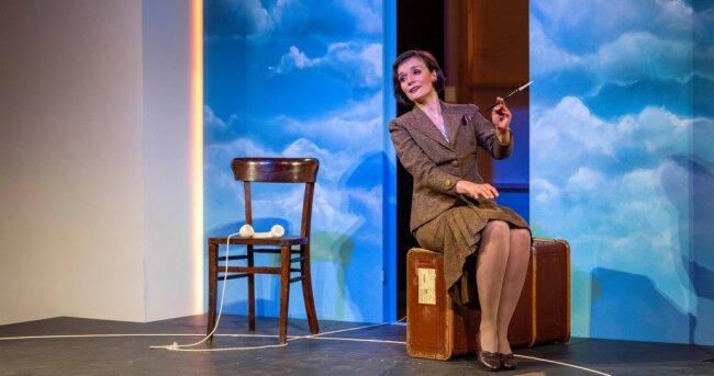 Ein Leben auf gepackten Koffern: Claudia Müller-Kretschmer als Lola Blau in Georg Kreislers Musical für eine Schauspielerin.