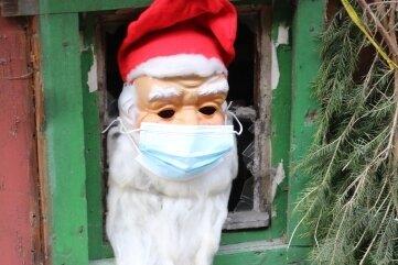 Jetzt steckt Santa wieder in der Hütte fest, sitzt seit seiner Einreise in Quarantäne. Ans Fenster darf er nur mit Maske.