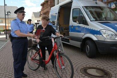 Die Polizei informiert immer mal wieder über ihre Arbeit in der Region - wie hier vor einem Jahr in Thalheim: Polizeihauptmeisterin Katrin Michel (li.) im Gespräch mit Regina Jung, die sich für das Thema Prävention interessiert hat. /Archiv