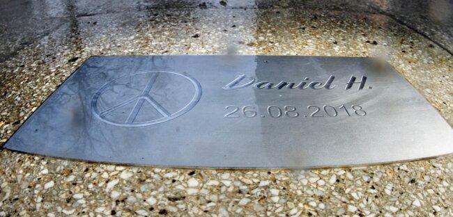 Fußweg an der Brückenstraße: Am einstigen Tatort erinnert eine Gedenkplatte an das Opfer der tödlichen Messerattacke vom August 2018.