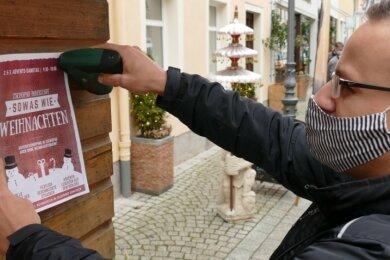 Mit einem Flyer wirbt Robert Hähnel für den dritten Adventssamstag als Shopping-Tag in Zschopau.