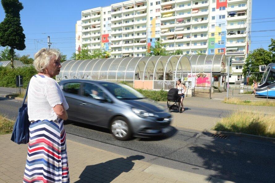 Das Tiefbauamt will den Fußgängertunnel unter der Stollberger Straße am Südring abreißen lassen. Doch an den ebenerdigen Übergängen über die Fahrbahnen gibt es keine Zebrastreifen und keine Ampeln. Blinde und sehbehinderte Anwohner fürchten daher um ihre Sicherheit.
