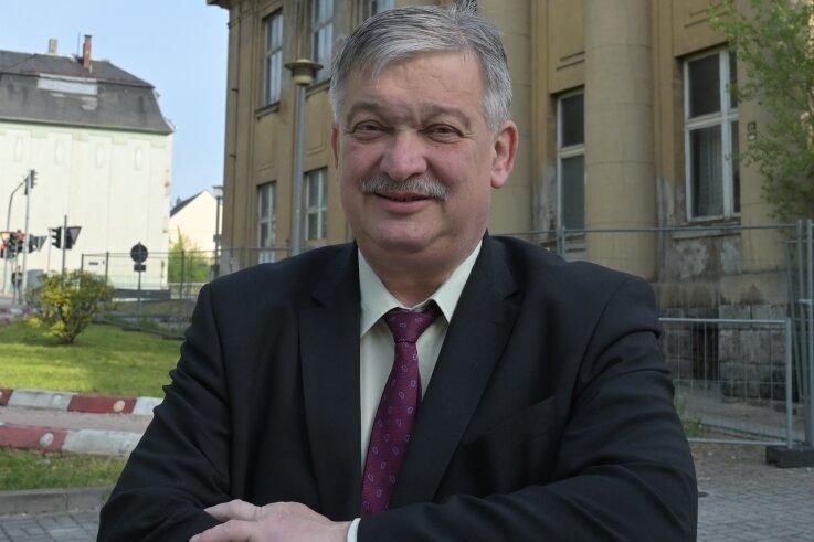 """OB-Kandidat Heinrich Kohl (CDU) stellt eine Sanierung der früheren Loge """"Zu den drei Rosen"""" an der Schneeberger Straße in Aue in Aussicht, in der DDR bekannt als """"Clemens-Winkler-Klub""""."""