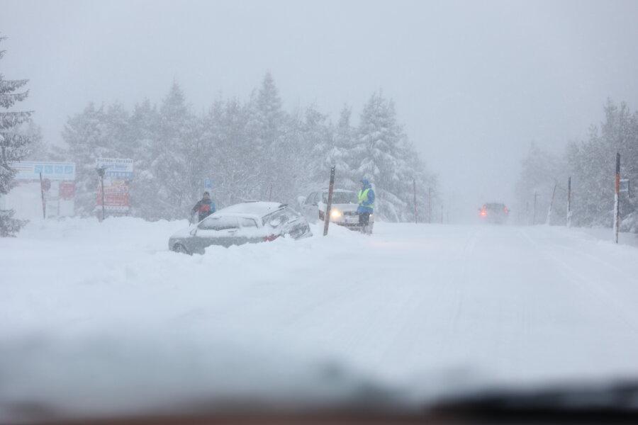 Mehrere Unfälle aufgrund starker Schneefälle in Sachsen