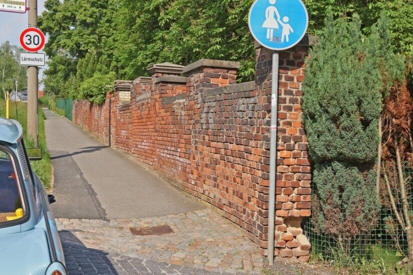 """""""Sehr schlechter baulicher Zustand"""": So lautet die offizielle Einschätzung des Rathauses zur Mauer am Friedhof in Eckersbach. Direkt neben dem Eingang klafft bereits ein Loch."""