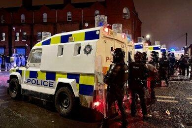 Belfast Mittwochabend: Polizisten in Alarmstellung auf der Springfield Road in der nordirischen Hauptstadt.